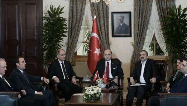 AK Parti ile HDP milletvekilleri arasında Dolmabahçe'deki Başbakanlık Ofisi'nde gerçekleşen görüşme - Sputnik Türkiye