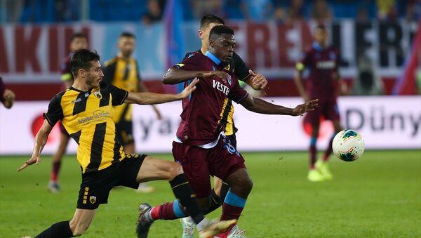 UEFA Avrupa Ligi play-off turu rövanş maçında Trabzonspor, Yunanistan temsilcisi AEK ile karşılaştı. Bir pozisyonda Trabzonsporlu Caleb Ekuban (solda), rakipleriyle mücadele etti. - Sputnik Türkiye