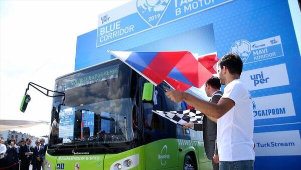 Enerji şirketleri Gazprom Export ve Uniper sponsorluğunda 13'üncüsü düzenlenen Mavi Koridor Doğal Gazlı Araçlar Rallisi, TürkAkım Doğal Gaz Boru Hattı Projesi'nin yıl sonunda tamamlanacak olması nedeniyle tarihinde ilk kez Türkiye'den yola çıktı. Ralli için, Haliç Kongre Merkezi'nde sembolik başlama töreni düzenlendi. - Sputnik Türkiye