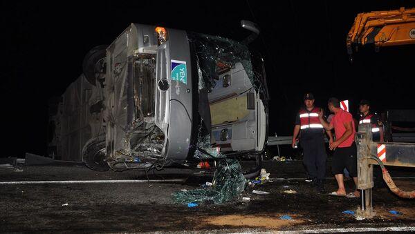 Antalya'da tur otobüsünün devrilmesi sonucu 1 kişi öldü, 28 kişi yaralandı. - Sputnik Türkiye