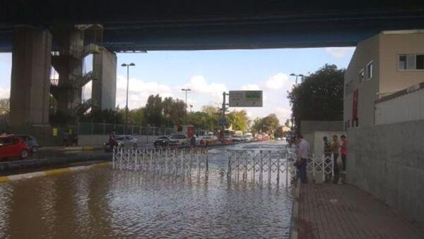 Haliç Köprüsü altında su borusu patladı, yol sular altında kaldı  - Sputnik Türkiye