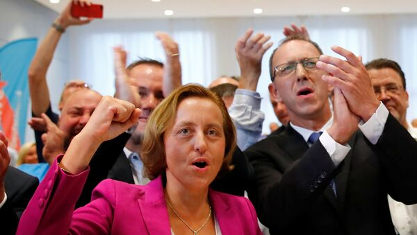 AfD Genel Başkan Yarcımcısı Beatrix von Storch ve partinin Saksonya eyalet teşkilat başkanı Jörg Urban seçim sonucu kutladı. - Sputnik Türkiye