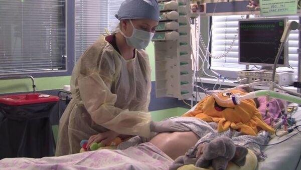 Çekya'da 21 Nisan günü felç geçiren ve 16 haftalık hamile olan Mrtvá Eva (27) hastaneye kaldırıldı ancak tüm müdahalelere rağmen beyin ölümü gerçekleşti. Doktorlar, Eva'yı makinelere bağlı tutarak bebeğin anne karnında gelişimini tamamlamasını sağladı. 15 Ağustos'ta bebek doğdu, ancak Eva yaşamını yitirdi. - Sputnik Türkiye