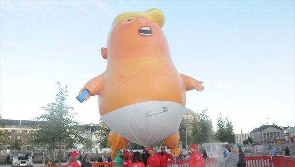 ABD Başkanı Donald Trump'ın Grönland tartışması nedeniyle Danimarka'ya yapacağı ziyareti iptal etmesine karşın Kopenhag'da Bebek Trump balonu havalandı. Balonun bulunduğu meydanda toplanan göstericiler, ellerinde dövizlerle Trump'ı protesto etti. - Sputnik Türkiye
