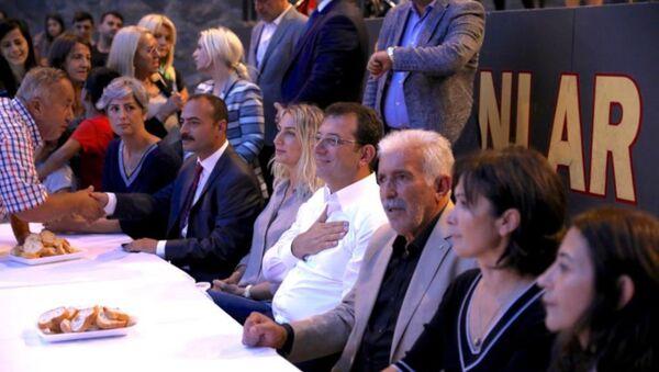 İBB Başkanı Ekrem İmamoğlu, Muharrem dolayısıyla Alibeyköy Cemevi'ndeki iftara katıldı. - Sputnik Türkiye