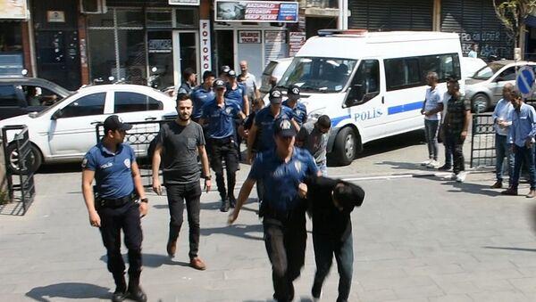 Manisa'nın Turgutlu ilçesinde bir suçluyu adli muayeneden kaçıran gruba yönelik düzenlenen operasyonda gözaltına alınan 7 kişi çıkarıldıkları mahkemece tutuklandı. - Sputnik Türkiye