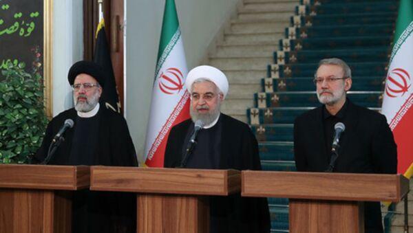 Ruhani, Meclis Başkanı Ali Laricani ve Yargı Erki Başkanı İbrahim Reisi - Sputnik Türkiye