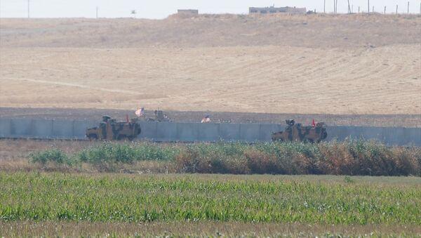 Türk Silahlı Kuvvetleri ile ABD Silahlı Kuvvetleri unsurlarınca Suriye'de Fırat'ın doğusunda icra edilecek ilk müşterek kara devriye faaliyeti, ABD'ye ait zırhlı araçlar sınır hattında - Sputnik Türkiye