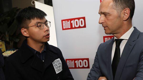 Bild 100 yaz partisinde Joshua Wong ile Heiko Maas arasındaki ayaküstü görüşme gayriresmi nitelikteydi. - Sputnik Türkiye