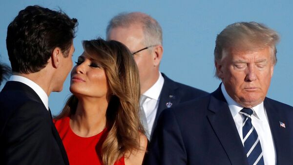 25 Ağustos 2019'da Fransa'daki G7 zirvesinde Melania Trump ile Justin Trudeau arasında yaşanan sahne - Sputnik Türkiye