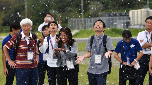 Gelecek yaz 2020 Olimpiyat Oyunları'na ev sahipliği yapmaya hazırlanan Japonya, konuklarına serin ve rahat bir seyir sunabilmek için geliştirdiği 'yapay kar makinesini' denedi. - Sputnik Türkiye