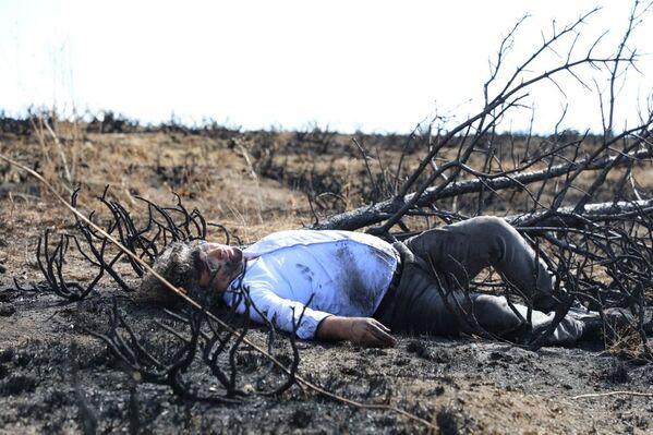 Vatandaşların şaşkın bakışları altında sırtında yanan ağaç dalları ile yürümeye çalışan Kavukçu Ordu Caddesi üzerinden Cumhuriyet Meydanı'na ulaştı. Zaman zaman mola veren Kavukçu'ya vatandaşlar alkışlarıyla destek verdi.  - Sputnik Türkiye