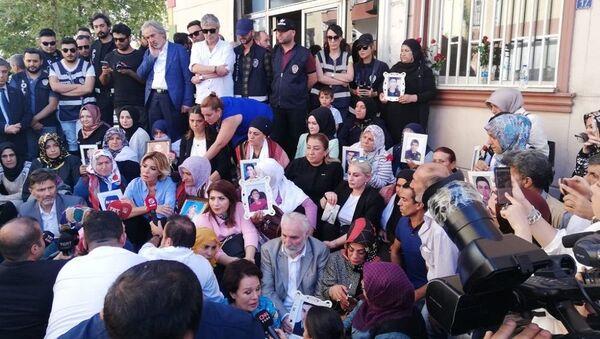 Sanatçılardan Diyarbakır'da HDP önünde eylem yapan ailelere destek ziyareti - Sputnik Türkiye