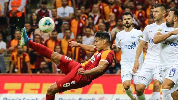 Galatasaray, Süper Lig'in 4. hafta maçında Kasımpaşa ile Türk Telekom Arena'da karşılaştı. Bir pozisyonda Galatasaraylı oyuncu Radamel Falcao (9), rakibi Abdul Rahman Khalili (21) ile mücadele etti. - Sputnik Türkiye