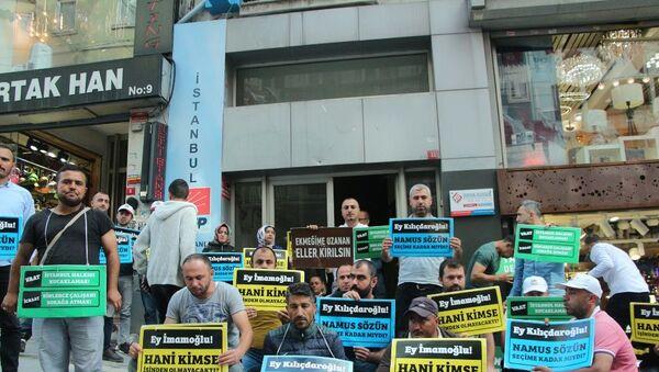 İBB'de işten çıkartılan bir grup işçi CHP il binası önünde oturma eylemine başladı - Sputnik Türkiye