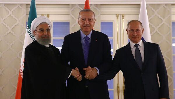Türkiye Cumhurbaşkanı Recep Tayyip Erdoğan, İran Cumhurbaşkanı Hasan Ruhani ve Rusya Devlet Başkanı Vladimir Putin, Ankara'da gerçekleşen Suriye zirvesinde aile fotoğrafı çektirdi. - Sputnik Türkiye