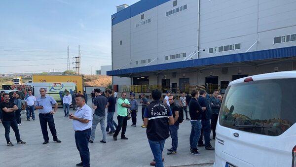 İstanbul Tuzla'daki bir kargo merkezinde, paketlerden birinden saçılan toz paniğe neden oldu. Tozla temas eden 2 kişi hastaneye kaldırılırken, inceleme için uzman ekip bekleniyor. - Sputnik Türkiye