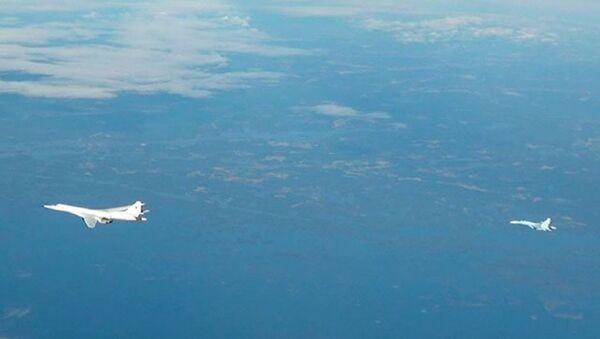 NATO jetleri eşliğinde uçan Rus Tu-160 uçağı böyle görüntülendi - Sputnik Türkiye