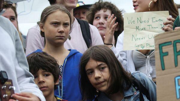 Greta Thunberg'in başını çektiği tüm dünyadan genç iklim aktivistleri, Washington DC'de Beyaz Saray yakınında yürüyüş düzenlerken - Sputnik Türkiye