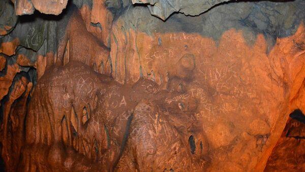 Karabük'ün Safranbolu ilçesindeki Türkiye'nin 4. büyük mağarası Bulak (Mencilis) Mağarası'nın sütunları ile duvarlarına, kimliği belirsiz kişi ya da kişilerce yazılar yazıldığı görüldü. Yazıların tespit edilmesiyle mağaraya rehbersiz girişler yasaklandı. - Sputnik Türkiye