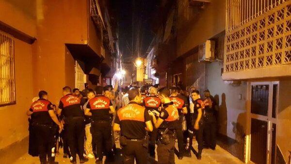 Adana'da 11 yaşındaki bir erkek çocuğunu taciz ettiği iddia edilen bir şahsın evine yüzlerce kişi tarafından yakılmak istendi. Kalabalık polis ekiplerinin biber gazlı müdahalesiyle dağıtıldı. - Sputnik Türkiye