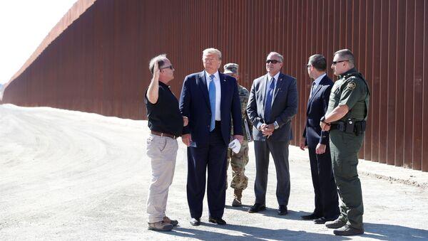 Meksika duvarı inşaatını yerinde inceleyen ABD Başkanı Donald Trump, Korgeneral Todd Semonite (en sağda) tarafından güvenlik teknolojisi hakkında bilgi vermemesi yönünde uyarıldı.  - Sputnik Türkiye