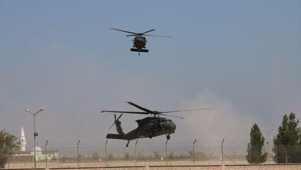 TSK ve ABD Silahlı Kuvvetleri unsurlarının Suriye'de Fırat'ın doğusunda güvenli bölge birinci safha uygulamaları kapsamında altıncı ortak helikopter uçuşu - Sputnik Türkiye