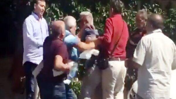 Antalya'da bir kahvede okey oynayan grup arasında çıkan kavgada taraflar birbirlerine okey tahtaları ile saldırdı. 2 kişinin yaralandığı kavga, kahvedeki diğer kişilerin araya girmesiyle sonlandı. - Sputnik Türkiye