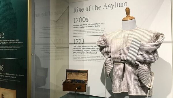 Ohio Ulusal Psikoloji Müzesi'nde sergilenen deli gömleği  - Sputnik Türkiye