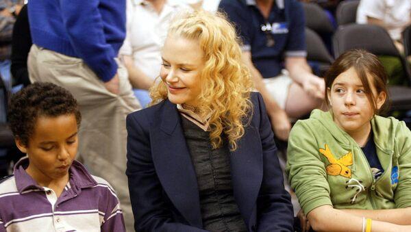 Nicole Kidman, Tom Cruise ile evlatlık edindiği çocukları Connor veIsabella ile birlikte - Sputnik Türkiye
