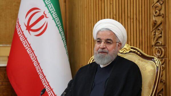 BM 74. Genel Kurul görüşmelerine katılmak üzere New York'a hareketinden önce başkent Tahran'daki Mehrabad Havalimanı'nda basın toplantısı düzenleyen İran Cumhurbaşkanı Hasan Ruhani, gündemdeki konularla ilgili değerlendirmelerde bulundu. Toplantıya, İran Lideri Ayetullah Ali Hamaney'in Başdanışmanı Ali Ekber Velayeti (solda) ve İran Cumhurbaşkanı Birinci Yardımcısı İshak Cihangiri (sağda) da katıldı. - Sputnik Türkiye
