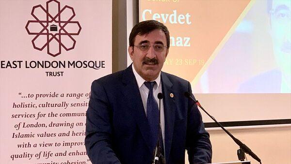 AK Parti Genel Başkan Yardımcısı Cevdet Yılmaz (ortada), Londra'da İngiltere Kahramanmaraşlılar Eğitim ve Kültür Derneği'nde düzenlenen toplantıya katıldı. - Sputnik Türkiye