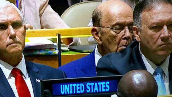 ABD Ticaret Bakanı Wilbur Ross, Başkan Donald Trump'ın BM Genel Kurulu'ndaki konuşması sırasında şekerleme yaptı. - Sputnik Türkiye