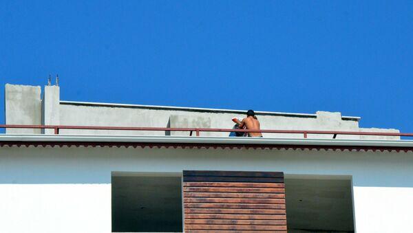 Evine düzenlenen baskından kaçıp, çatıdan çatıya atladı - Sputnik Türkiye