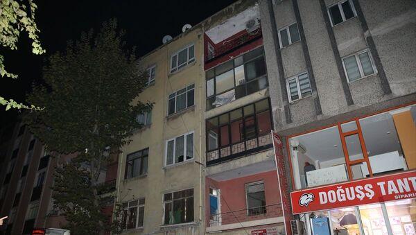 Bahçelievler'de depremden zarar gören 4 katlı bir binadaki vatandaşlar tahliye edilerek, bina mühürlendi. - Sputnik Türkiye