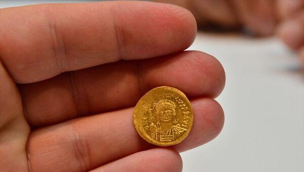 Çanakkale'nin Ayvacık ilçesine bağlı Gülpınar köyündeki Apollon Smintheus Tapınağı'nda yapılan kazılarda,bir evin duvarında bin 700 yıl öncesine ait 68 altın sikke bulundu. - Sputnik Türkiye