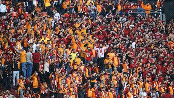 Galatasaraylı taraftarlar, Süper Lig'de Galatasaray ile Fenerbahçe arasında oynanacak derbi maçı önce tribünleri doldurdu. - Sputnik Türkiye