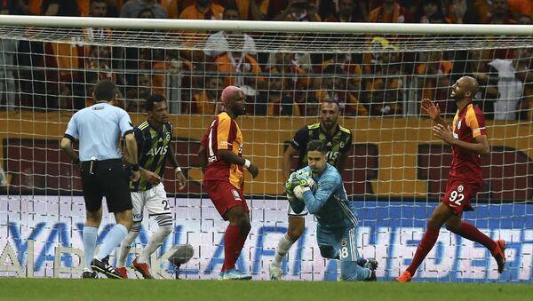 Süper Lig'in 6. haftasında Galatasaray ile Fenerbahçe arasında oynanan derbi 0-0 berabere bitti. - Sputnik Türkiye