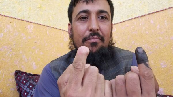 Afganistan cumhurbaşkanlığı seçimlerinde oy kullanan Safiullah Safi isimli seçmen - Sputnik Türkiye