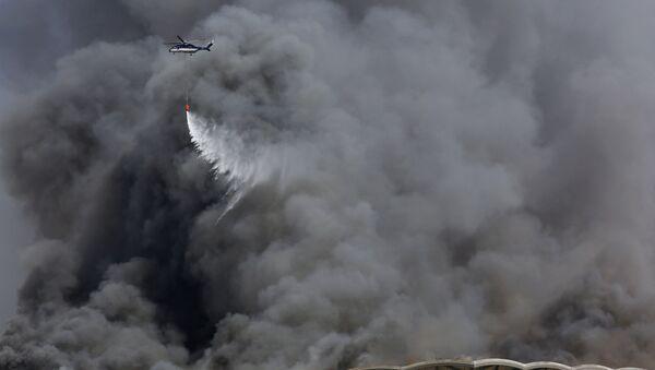 Suudi Arabistan'ın Cidde şehrindeki Haremeyn Hızlı Tren İstasyonu'nda çıkan yangına itfaiye araçları ve helikopterlerle müdahale ediliyor. - Sputnik Türkiye