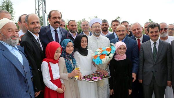 Diyanet İşleri Başkanı Ali Erbaş (ortada), Trabzon'un Vakfıkebir ilçesinde yapımı tamamlanan Bölge Yatılı Kız Kuran Kursu'nun açılış törenine katıldı. - Sputnik Türkiye