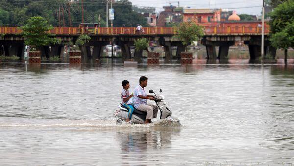 Hindistan'ın çeşitli eyaletlerindeetkili olan şiddetli muson yağmurları - Sputnik Türkiye