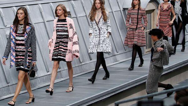 Fransa'nın başkenti Paris'te düzenlenen Chanel defilesinde podyumu basan komedyen, modellerle birlikte yürüdü. - Sputnik Türkiye