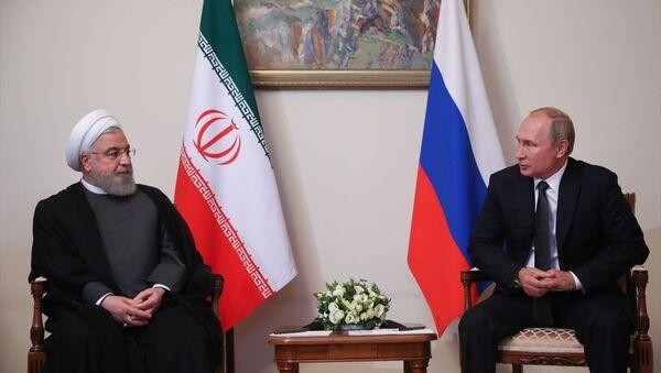 İran Cumhurbaşkanı Hasan Ruhani (solda) ile Rusya Devlet Başkanı Vladimir Putin (sağda), Ermenistan'ın başkenti Erivan'da bir araya geldi. - Sputnik Türkiye