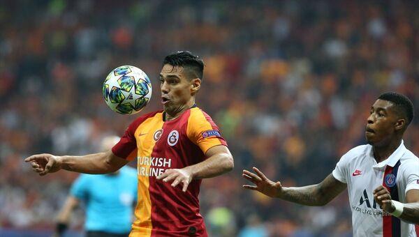 Galatasaray, UEFA Şampiyonlar Ligi A Grubu'nda, Fransa'nın Paris Saint-German ile Türk Telekom Stadı'nda karşılaştı. Bir pozisyonda Galatasaraylı oyuncu Falcao (9), Paris Saint-German oyuncusu Presnel Kimpembe (3) ile mücadele etti. - Sputnik Türkiye