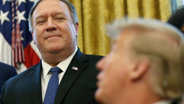 Mike Pompeo (solda) ile Donald Trump Oval Ofis'te - Sputnik Türkiye
