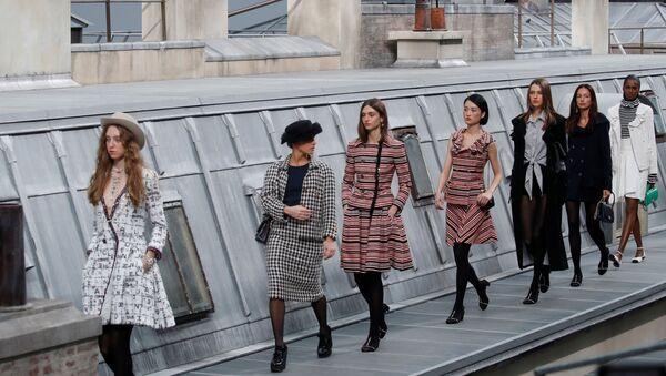 Fransız YouTube fenomeni Marie Benoliel, Chanel defilesinde podyuma fırladı. - Sputnik Türkiye