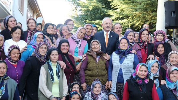 CHP Genel Başkanı Kemal Kılıçdaroğlu, Bolu'nun Kıbrıscık ilçesini ziyaret etti. Kılıçdaroğlu, ilçedeki kadınlarla hatıra fotoğrafı çektirdi. - Sputnik Türkiye