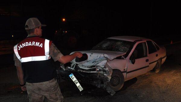 Askeri araç ile otomobil çarpıştı: 4'ü asker 7 yaralı - Sputnik Türkiye