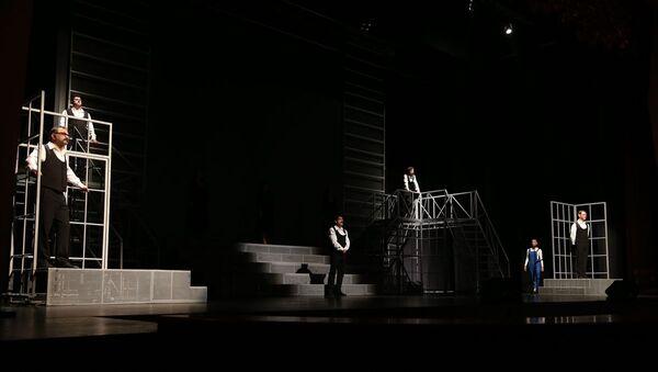 Eskişehir Şehir Tiyatroları ve Senfoni Orkestrasının Zülfü Livaneli'nin şarkılarından yola çıkarak hazırlandığı Böyledir Bizim Sevdamız adlı müzikal seyirciyle buluştu. - Sputnik Türkiye